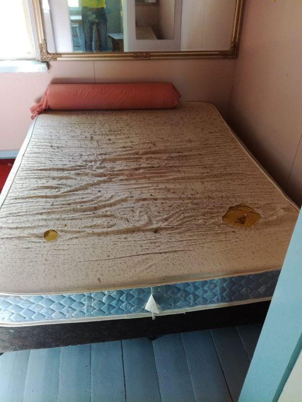 Sänky oli mustien tahrojen peitossa ja kangas revennyt.