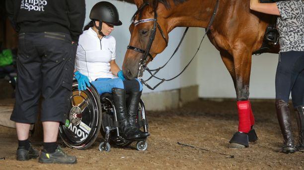 Jaana kertoo dokumentissa, että hänellä oli ollut muitakin tapaturmia jo ennen halvaantumistaan. Hevonen oli esimerkiksi potkaissut häntä päähän. -Tapaturmat pahenivat koko ajan, mutta en ajatellut pysähtyä ollenkaan.