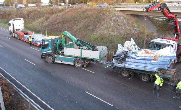 Tielle levinneiden elementtien raivaaminen vaati nosturin ja kuormaavien autojen apua.