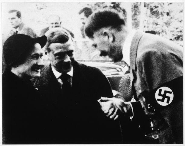 Adolf Hitler tapasi Windsorin herttuan ja herttuattaren vuonna 1937. Saksalaisten toive oli, että Edvard toimisi heidän hyväkseen tulevassa sodassa.