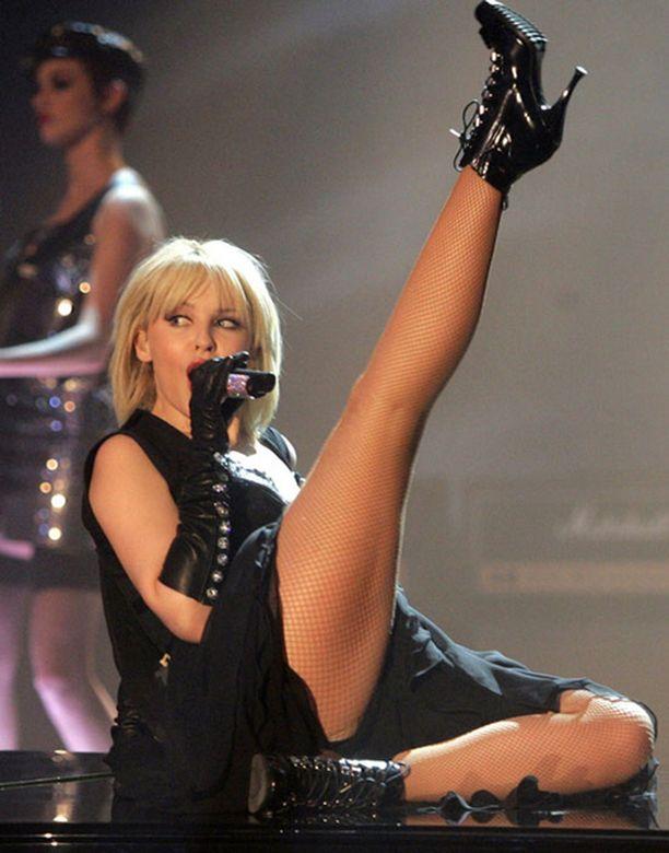 Kylie esitti osan kappaleesta flyygelin päältä käsin.