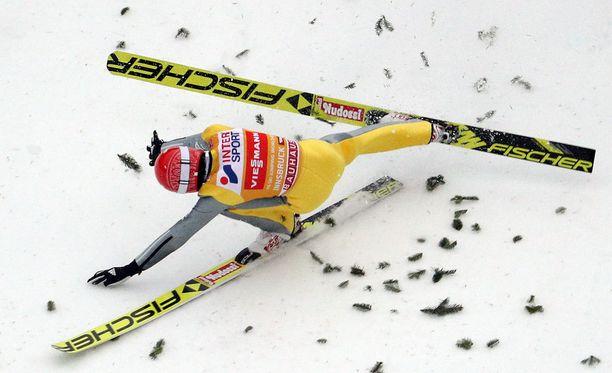 Richard Freitag kaatui torstaina Innsbruckin kilpailussa, mutta käveli omin jaloin pois mäkimontusta.