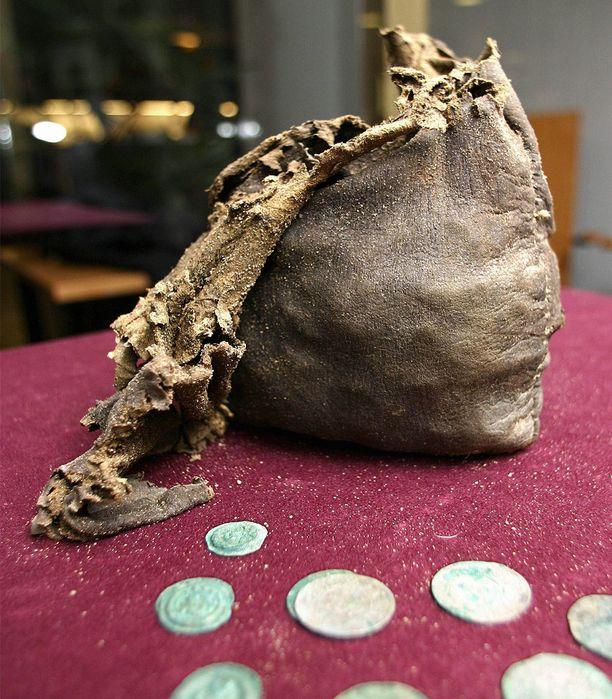 Vuonna 2004 Ulvilan kirkon kupeesta löydetty Suomen suurin rahakätkö sisälsi kaikkiaan 1 474 keskiaikaista rahaa. Nyt rahat on saatu konservoitua ja ne ovat Kansallismuseossa kaikkien ihailtavana.