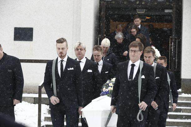 Siunauspäivänä Jyväskylässä satoi lunta. Ystävät kantoivat Matin arkkua kirkosta ulos.