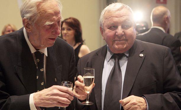 Gustav Bubnik (oik.) ja Aarne Honkavaara juhlistivat 80-vuotiasta Jääkiekkoliittoa Tampereella 2009.