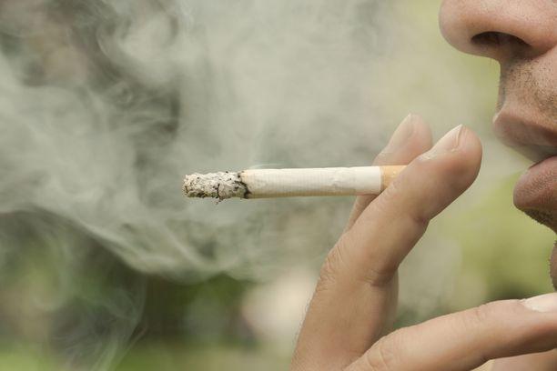 Moni lukija kärsii naapurin tupakansavusta. Kuvituskuva.