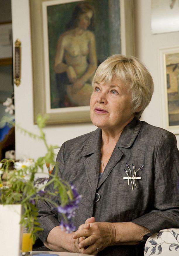 IKUINEN BLONDI Elisabeth Rehn sanoo, että tyhmän blondin leima roikkuu yhä mukana.