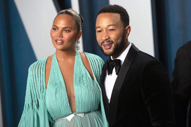 Julkkispariskunta Chrissy Teigen ja John Legend tahtovat vaihtaa kotinsa isompaan.