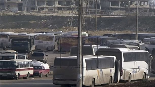 Kymmenet bussit odottivat sunnuntaina pääsyä Itä-Aleppoon Ramousehin tarkastuspisteellä.