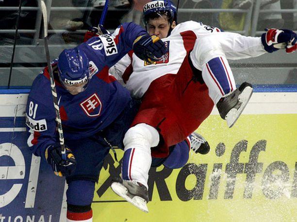 Slovakian Marian Hossa antaa vauhtia Tshekin Jan Platilille.