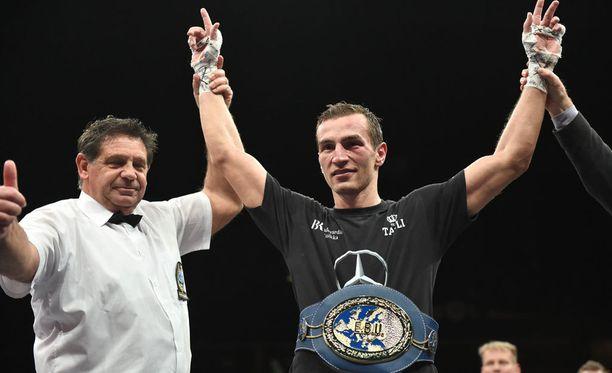 Edis Tatli säilytti helposti EM-tittelinsä Espoon nyrkkeilyillassa.