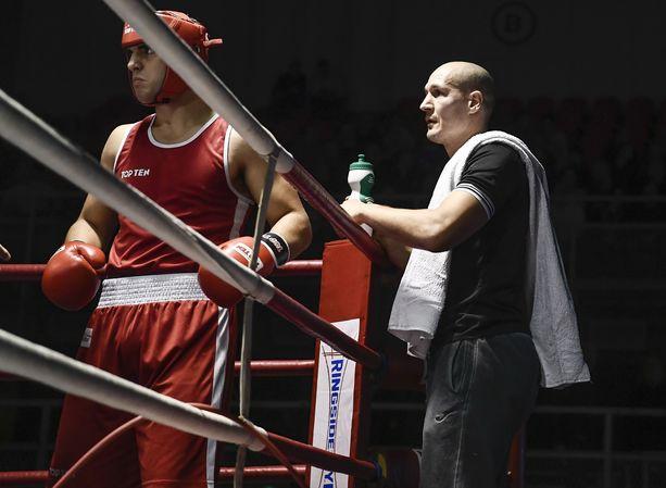 Nyrkkeilyvalmentaja Amin Asikainen toimi Edis Tatlin ottelun tv-kommentaattorina Savonlinnassa.