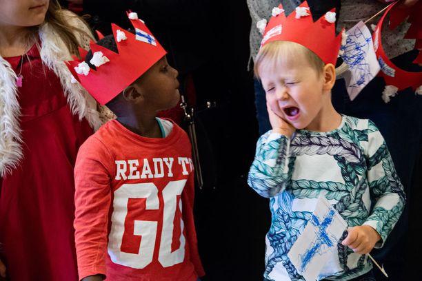 Lapset odottivat malttamattomina prinsessan saapumista.