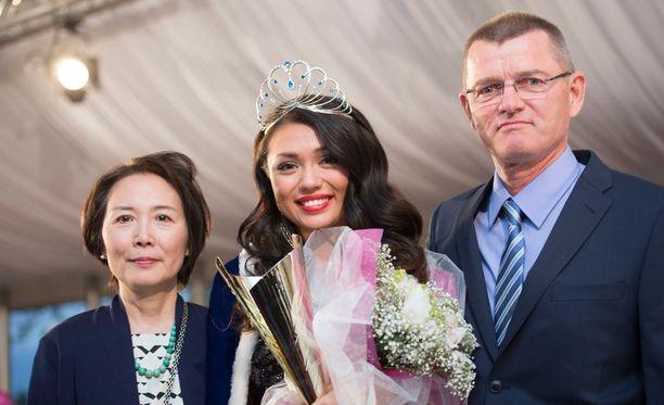 Shirlyn äiti Jun on kotoisin Kiinasta ja isä Ari on suomalainen.