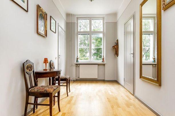 Ensimmäisen kerroksen jugend-kodin kaunis käytävä.