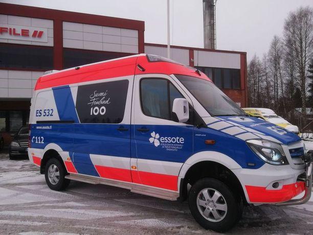Tältä näyttää Suomen juhlavuoden kunniaksi suunniteltu ambulanssi.