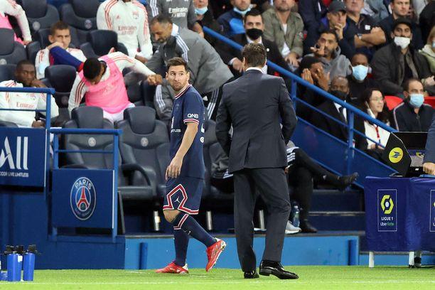 Lionel Messi käveli käsiään levitellen valmentaja Mauricio Pochettinon ohi tullessaan vaihtoon.