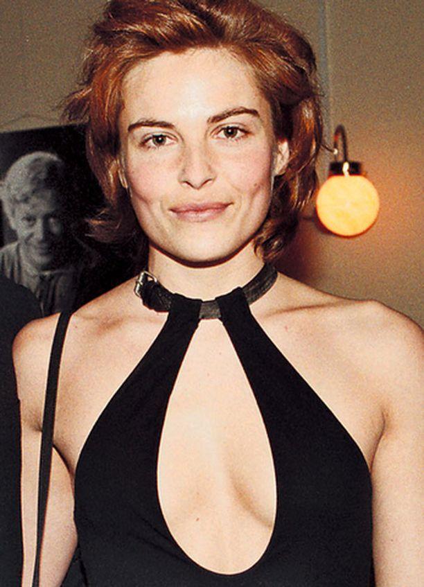 Irina Björklundin pukuvalinta vuoden 2002 Jussi-gaalaan veti paljastavuudessaan vertoja Emmy-gaalan asuille.