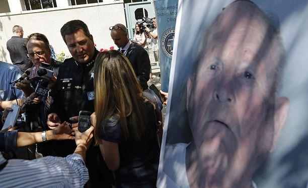 """Sacramenton piirikunnan sheriffi Scott Jones kertoi keskiviikkona """"Yövaanijaksi"""" epäillyn Joseph DeAngelon pidätyksestä."""