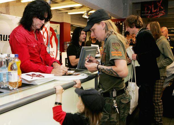 Tommy Thayer tapasi Eric Singerin kanssa kaikenikäisiä fanejaan Helsingissä.