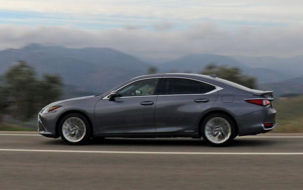 Lexus ES on liki viisi metriä pitkä auto.