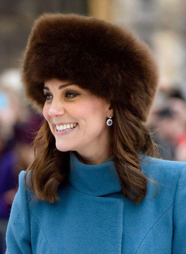 Usein kuninkaallisissa piireissä käytettään hattua. Se on oiva pelastus Catherinelle, sillä hän ei halua esitellä arpeaan kaikille.