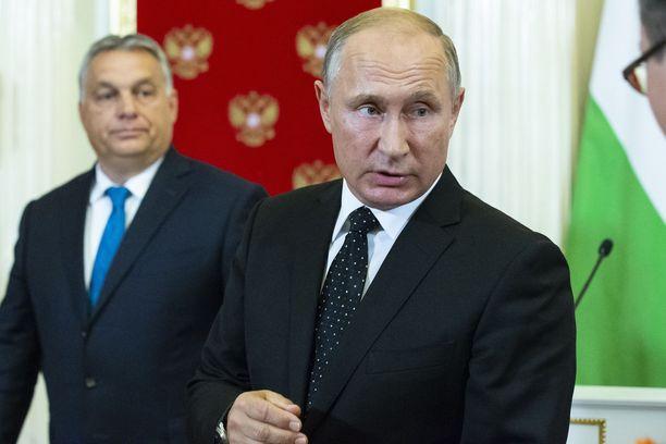 Venäjän presidentti ei, toisin kuin puolustusministeriö, syyttänyt Israelia vihamielisestä toiminnasta ja uhannut kostaa. Taustalla Unkarin pääministeri Viktor Orban.
