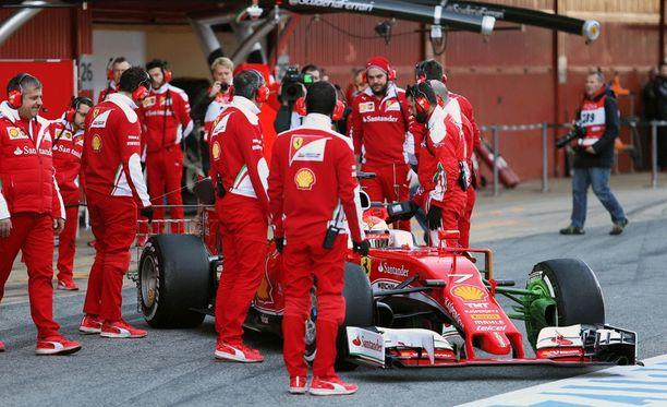 Ferrari-henkilökunta parveili Kimi Räikkösen auton ulkopuolella.