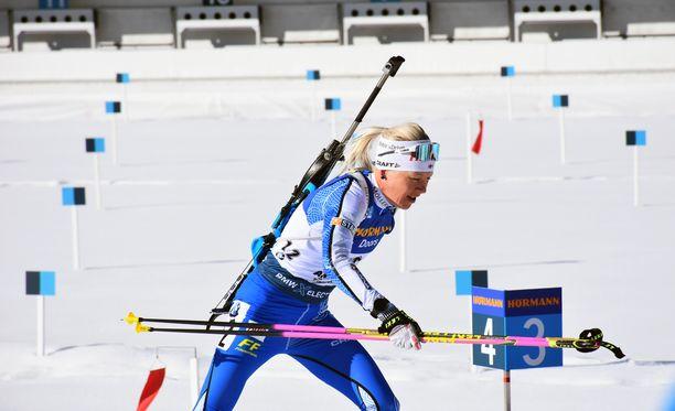 Kaisa Mäkäräinen ampui viisi sakkominuuttia 20:llä laukauksella tiistaina MM-kisoissa.