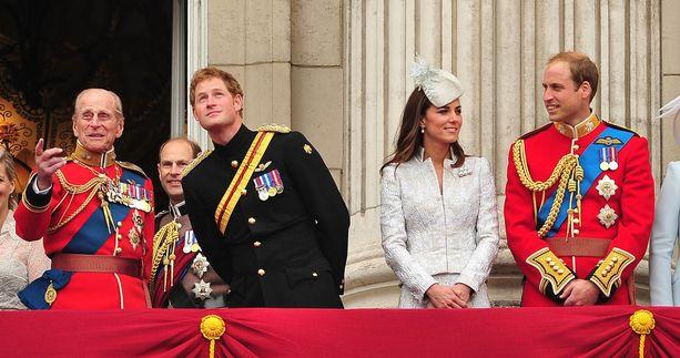 Prinssi Charlesin pojat, prinssi Harry ja prinssi William muistelevat isoisäänsä prinssi Philipiä lämmöllä.