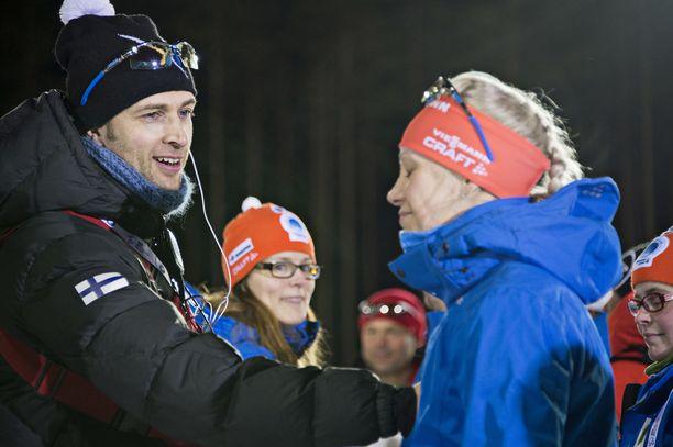 Taukoa ampumahiihdosta pitänyt Jarkko Siltakorpi (vasemmalla) palaa Suomen maajoukkueen huoltiimiin.