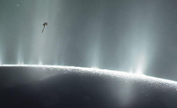Cassini tutkimassa Saturnuksen Enceladus-kuuta 2015.