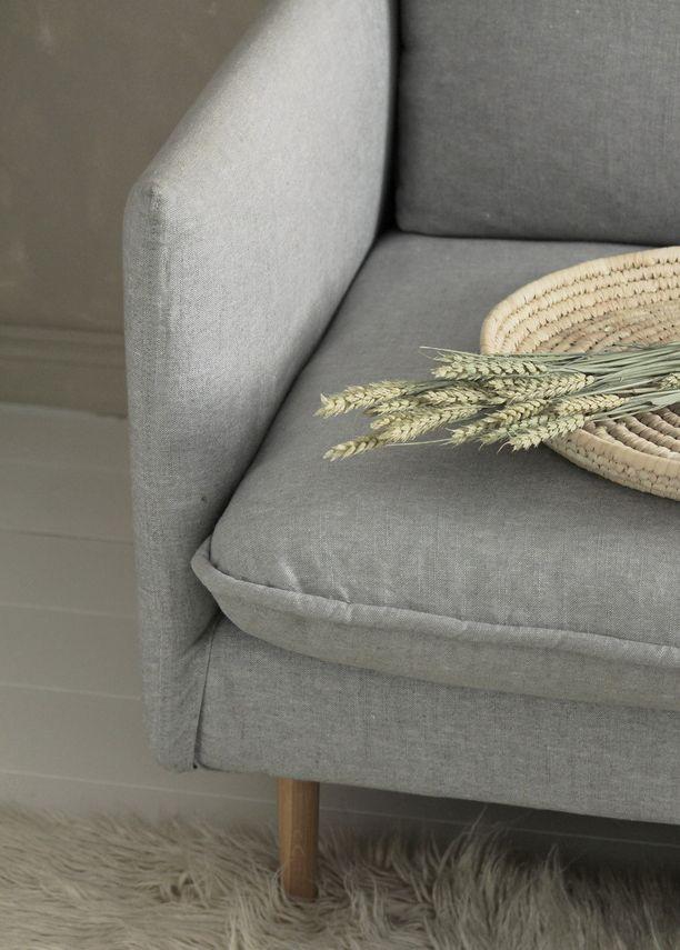 Kolmen istuttava ILMA-sohva luonnonmukaisella kivipestyllä pellavalla. Sohva Kuusilinna. Hinta 2516,