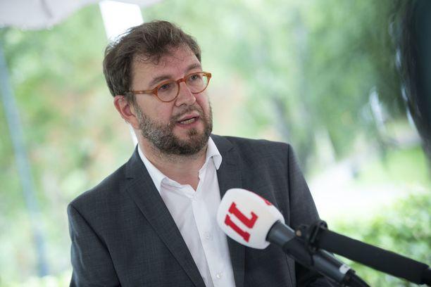 Liikenne- ja viestintäministeri Timo Harakka pitää ikävänä Skopjesta Turkuun tulevien lentojen lopettamisen mutkistumista.