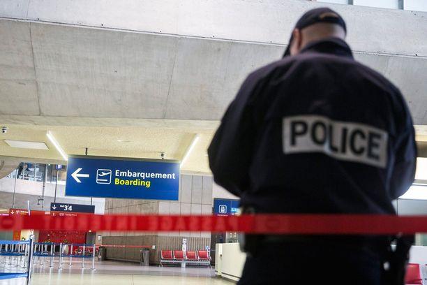 Pikkupoika on viettänyt yli 10 päivää poliisivalvonnassa kalterien takana Charles de Gaullen lentokentällä. Arkistokuva.
