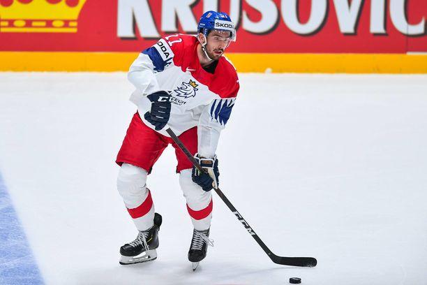 Michal Moravcik puki Tšekin maajoukkuepaidan ylleen jääkiekon MM-kisoissa viime vuonna.