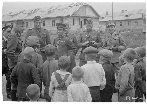 Sotilasjohtoa vierailulla Äänislinnan keskitysleirillä kesällä 1942, jolloin leirien vankimäärät olivat korkeimmillaan.