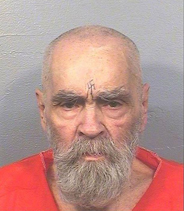Mansonin otsaan oli tatuoitu hakaristi.