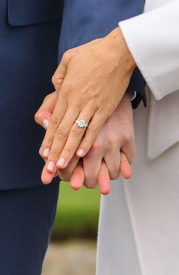 Meghanin timanttisormus on Harryn suunnittelema ja siinä on prinsessa Dianalle kuuluneita timantteja.