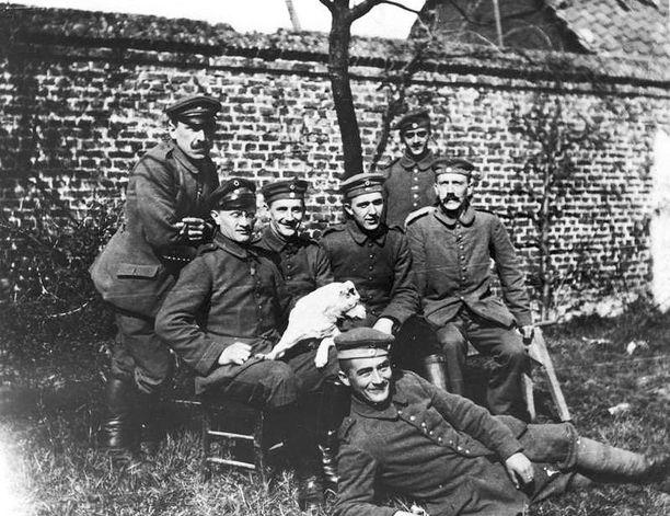 Hitler koiransa Fuchslin kanssa.