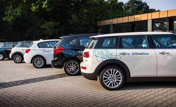 DriveNow:n yhteiskäyttöautoja Tegelin lentoasemalla Berliinissä.