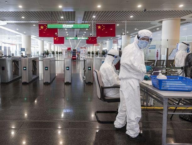 Koronaviruksen alkuperä on edellen epäselvä. Kuvituskuva turvatarkastuksesta Pudongin lentokentällä Kiinassa elokuussa 2021.