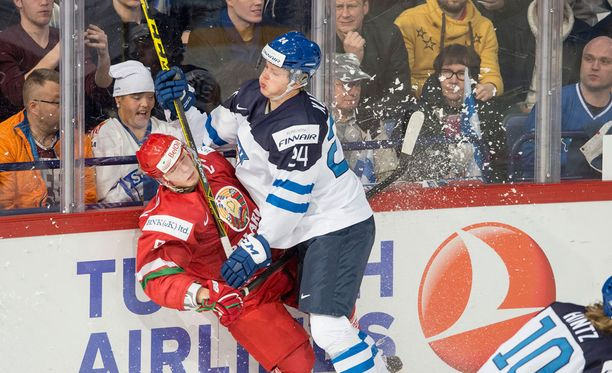 Kasperi Kapanen aloitti Valko-Venäjä-ottelun räväkällä taklauksella.