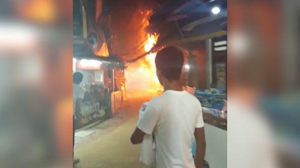 Tulipalo levisi nopeasti vilkkaalla kävelykadulla.