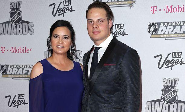 Auston Matthews saapui Las Vegasissa järjestettyyn palkintogaalaan yhdessä Ema-äitinsä kanssa.