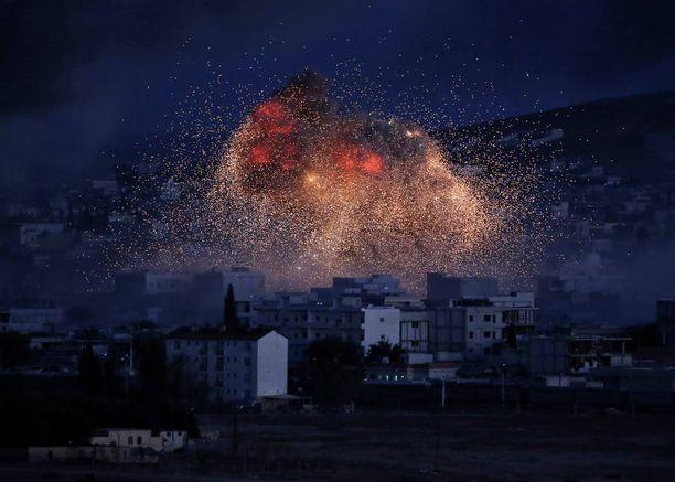 Liittouman ilmaisku osuu Kobaneen lokakuussa 2014. Kurditaistelijat ajoivat ilmaiskujen tukemana terroristit pakosalle tammikuussa 2015.