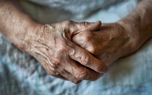 """""""Äiti tunsi pohjan pudonneen elämältään"""" – Maija, 82, teki itsemurhan hoivakodissa, eikä hän ole ainoa"""
