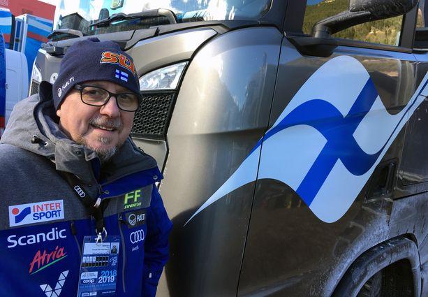 Kurussa syntynyt, mutta nykyisin Kyröskoskella Tampereen kupeessa asuva Arto Nieminen ajaa viidettä kautta hiihtomaajoukkueen huoltorekkaa.