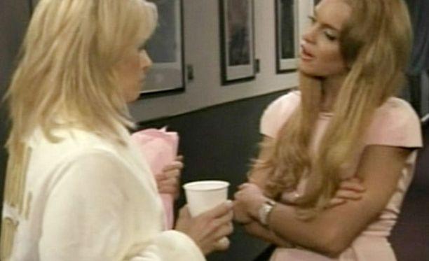 Lindsay kovistelee sketsissä Chelsea Handleria.