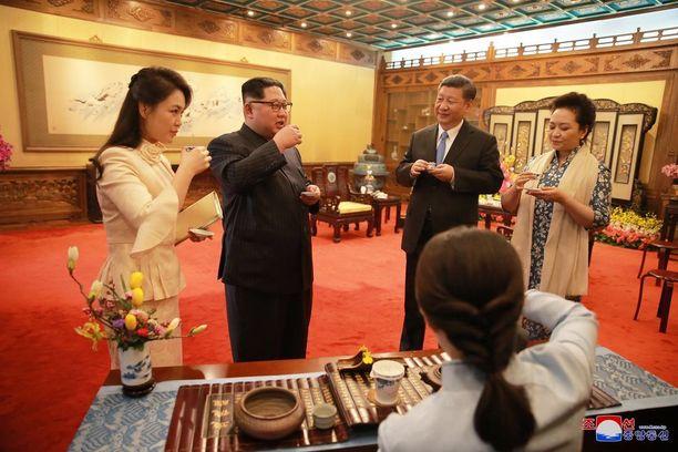 Ri Sol-ju (vas.) on nyt Pohjois-Korean virallinen ykkösrouva.